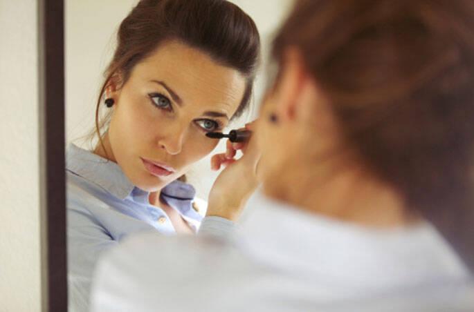 4 - Só coloque a lente quando já estiver maquiada