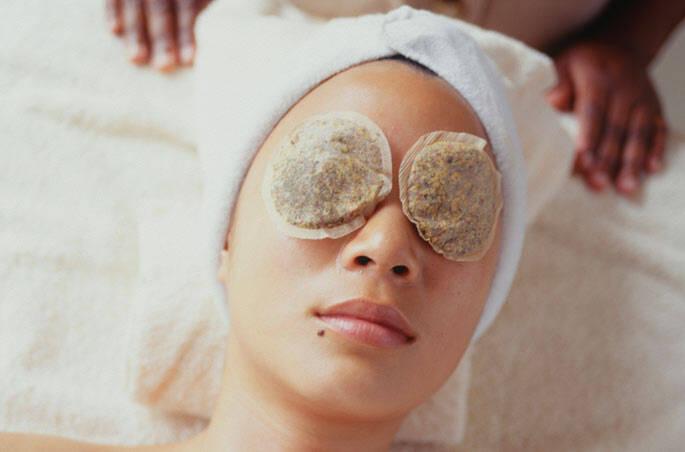5 – Descanse com uma compressa de chá sobre os olhos